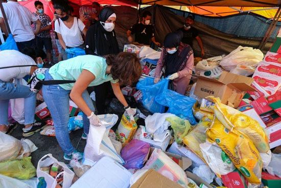 متطوعون يجمعون مساعدات لتوزيعها على متضرري انفجار المرفأ