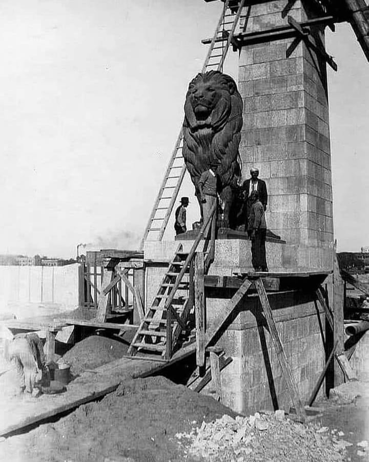 أثناء تركيب أسدين كوبري قصر النيل