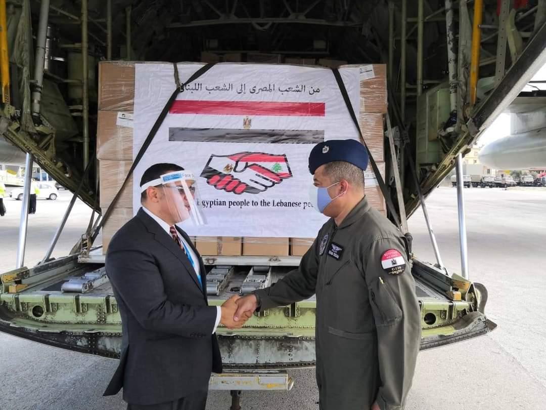 السفير خلال استقبال شحنة المساعدات المصرية