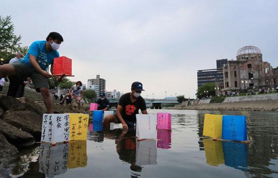 وضع مراكب ورقية فى المياه تحمل بعضا من اسماء الضحايا