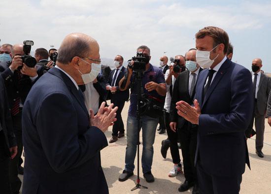 ماكرون يحيي الرئيس اللبنانى لدى وصوله بيروت