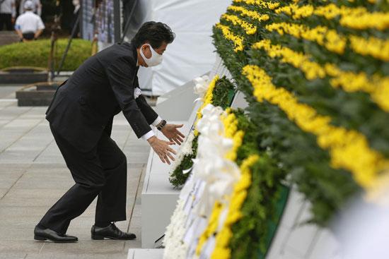 رئيس وزراء اليابان يضع الزهور لاحياء ذكرى الضحايا