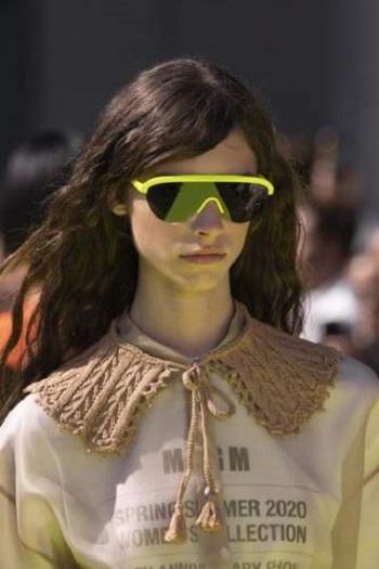 نظارة شمسية بإطار أصفر