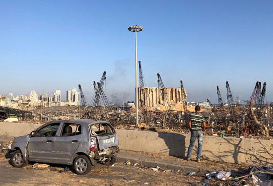 رجل يشاهد ميناء بيروت بعد الانفجار