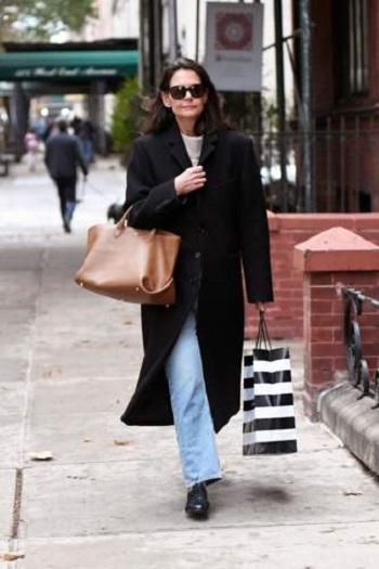 كيتي هولمز تحمل الحقيبة