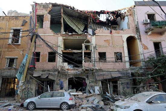 تحطم واجهة منزل جراء الانفجار