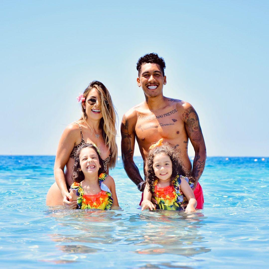 روبرت فيرمينو مهاجم ليفربول مع بناته على شاطىء البحر (7)