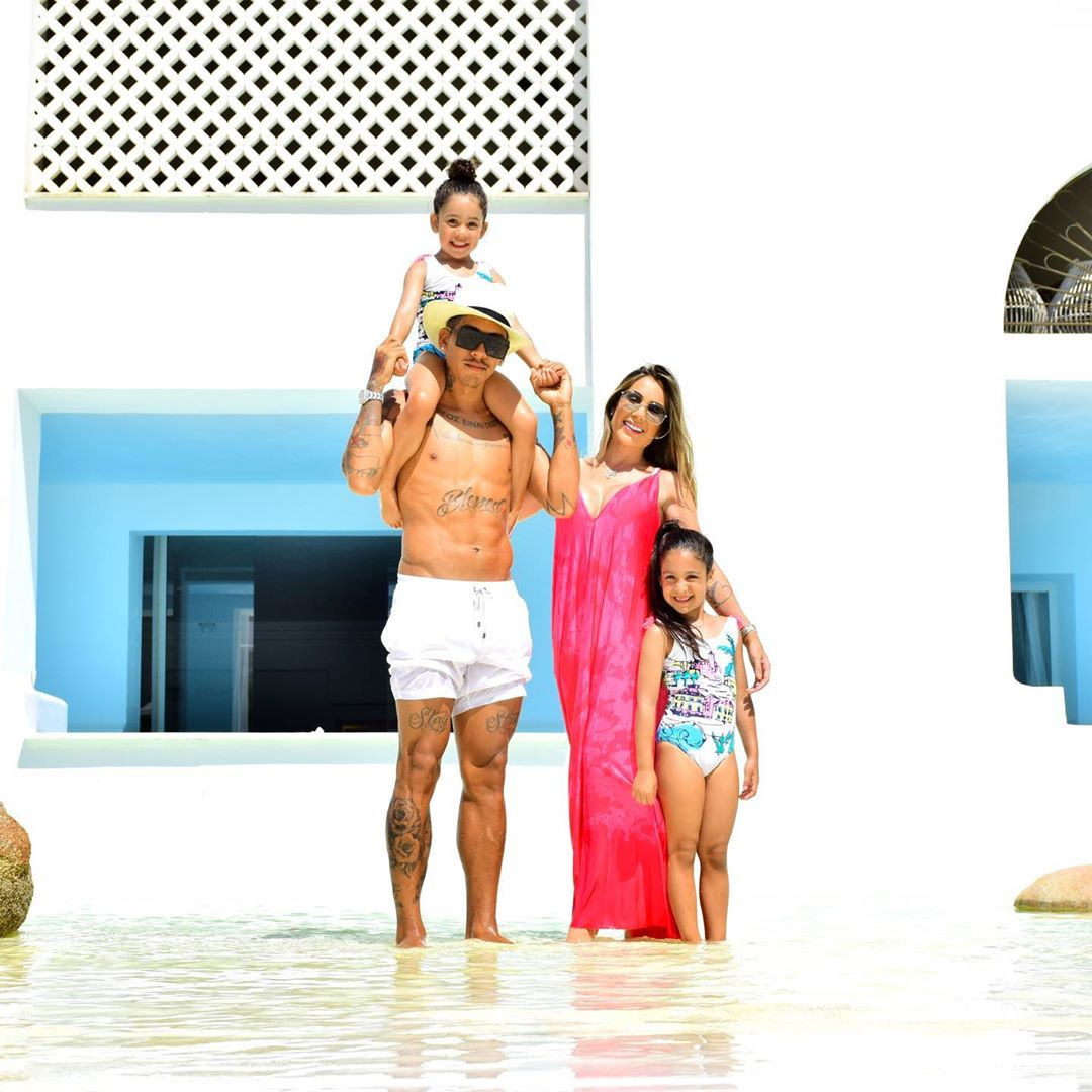 روبرت فيرمينو مهاجم ليفربول مع بناته على شاطىء البحر (6)