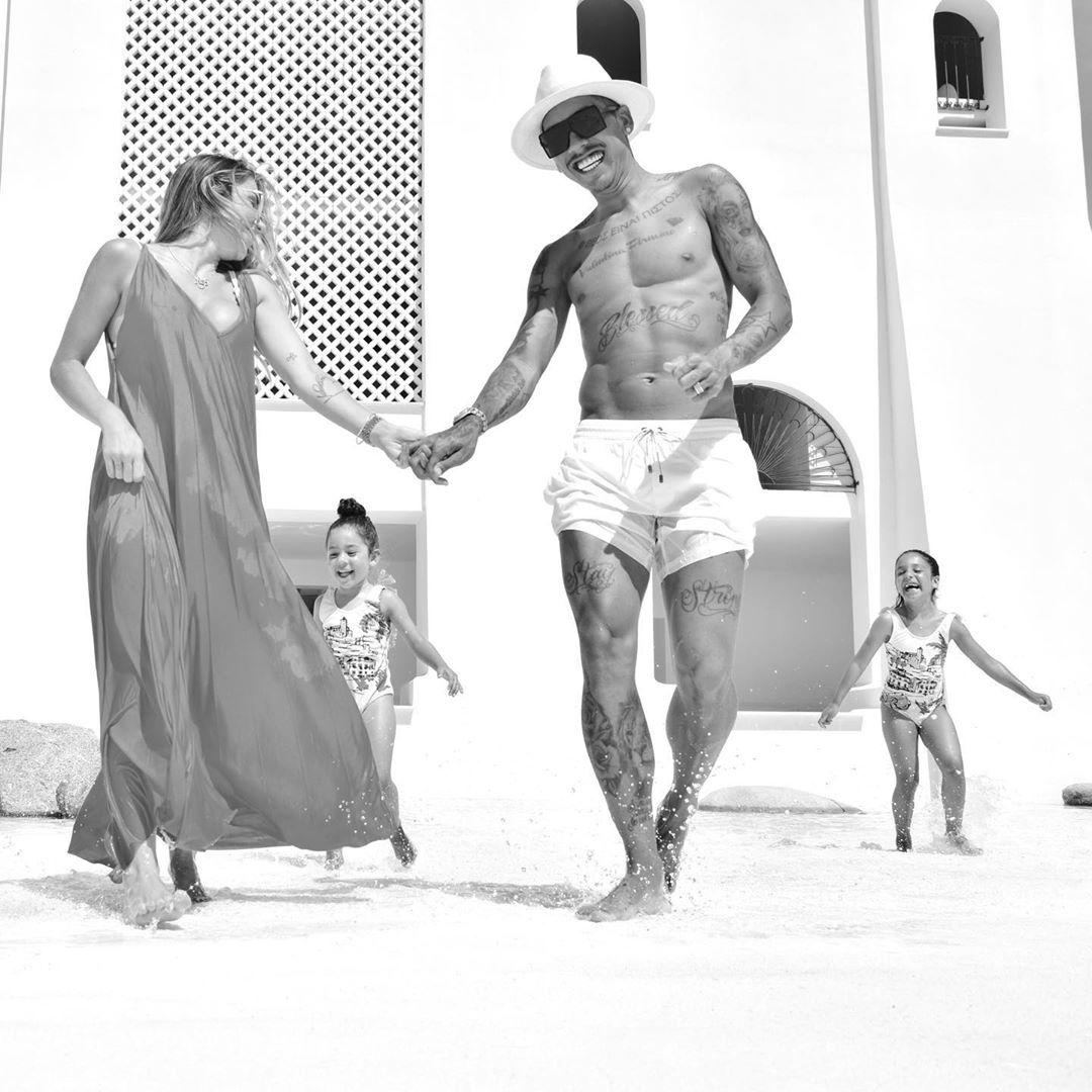 روبرت فيرمينو مهاجم ليفربول مع بناته على شاطىء البحر (5)