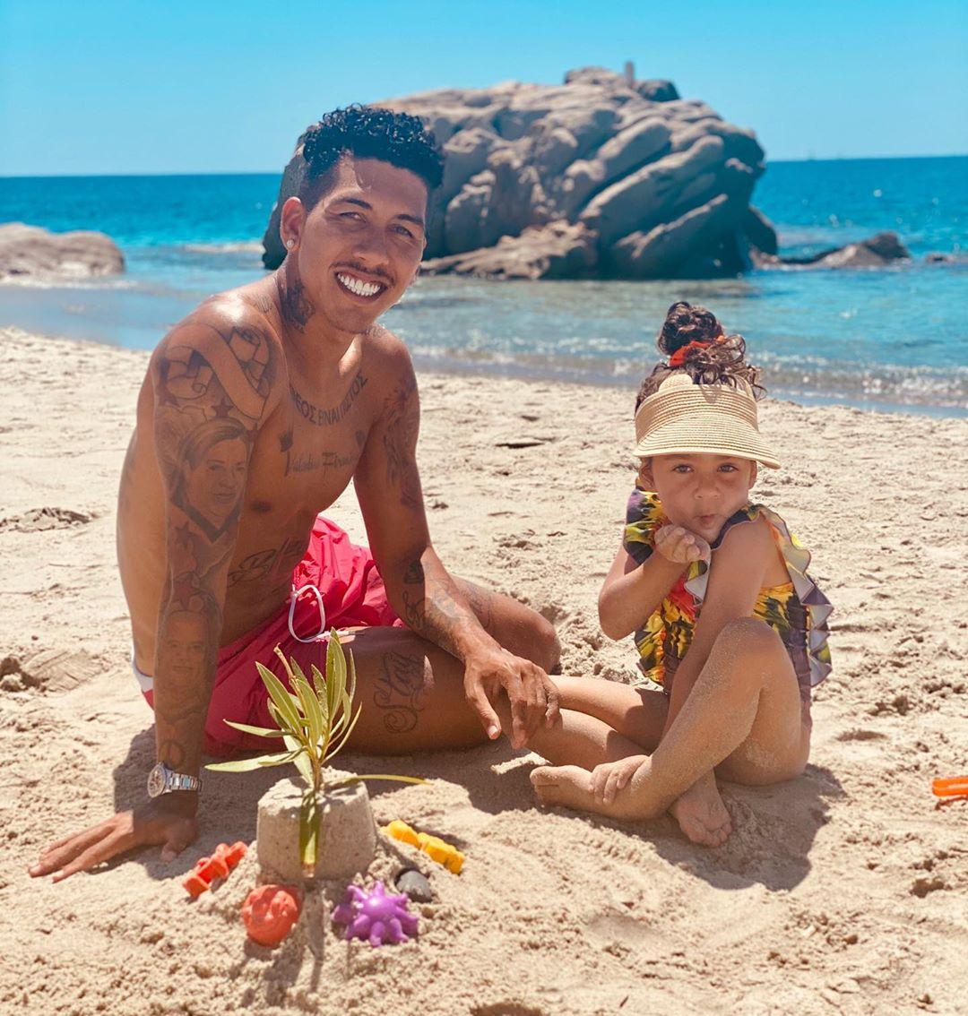 روبرت فيرمينو مهاجم ليفربول مع بناته على شاطىء البحر (4)