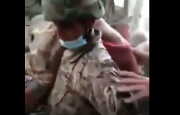 فرد من الجيش اللبنانى يحمل المرأة