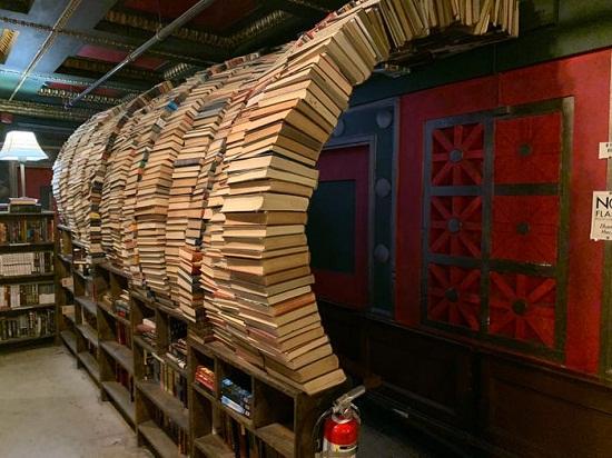 مكتبة داخل بنك