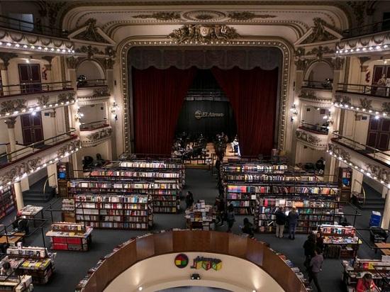 مكتبة داخل مسرح