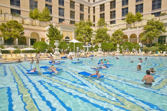 حمام سباحة داخل الفندق
