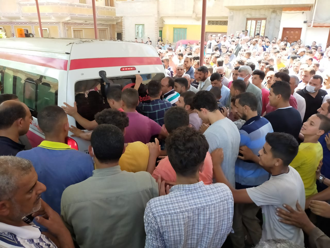 أهالى الغربية يودعون جثامين ضحايا انفجار مرفأ بيروت (5)