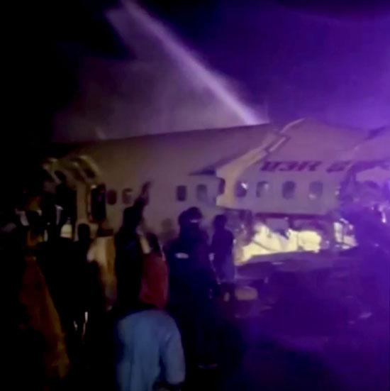 العشرات يحاولون استخراج الركاب من داخل الطائرة