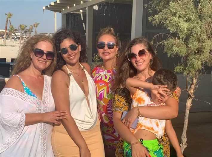 ليلى علوي تستمتع بالعطلة الصيفية برفقة أسرتها (3)