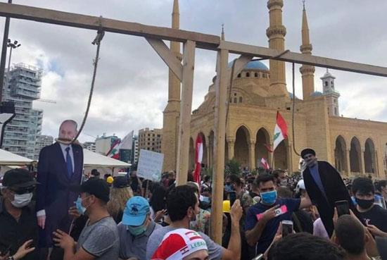 82020817328709-متظاهرون-ينصبون-مشانق-افتراضية-لحسن-نصر-الله-ومسؤولون-لبنانيين-(2)