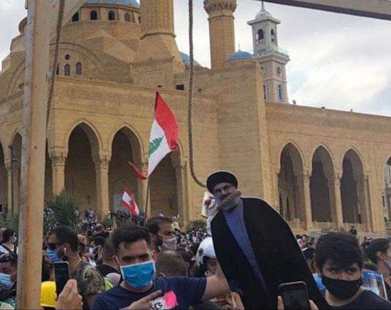 82020817328709-متظاهرون-ينصبون-مشانق-افتراضية-لحسن-نصر-الله-ومسؤولون-لبنانيين-(3)