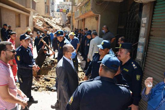 محافظ الدقهلية يكلف بتشكيل لجنة للوقوف على أسباب انهيار عقار المنصورة  (11)