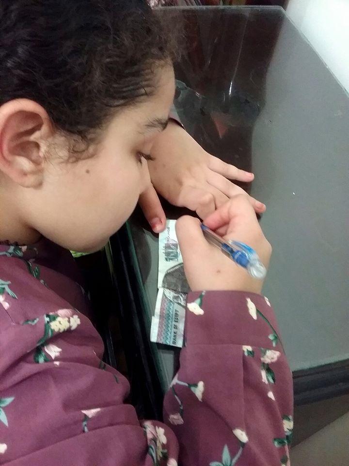 طفلة مصرية بـ 100 جنيه من مصروفها لضحايا تفجيرات لبنان (3)