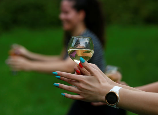 حمل كأس النبيذ خلال ممارسة اليوجا