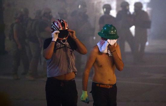 الشرطة تطلق غاز لتفريق المحتجين