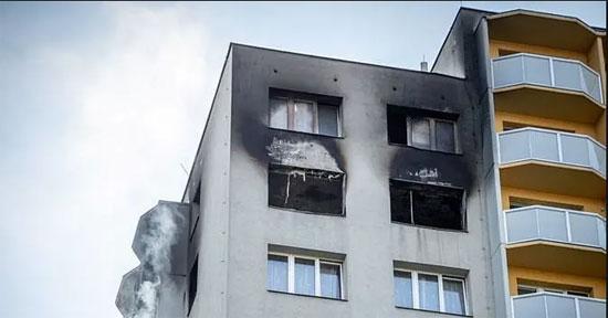 تصاعد الدخان من المبنى عقب السيطرة على الحريق