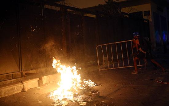 المتظاهرون يشعلون الحرائق فى شوارع بيروت