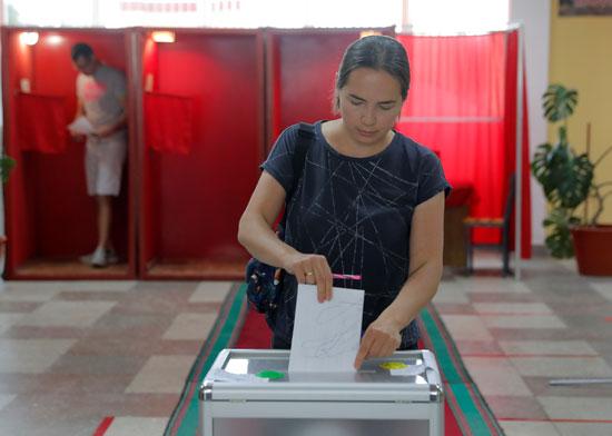 سيدة تشارك بصوتها فى الانتخابات الرئاسية