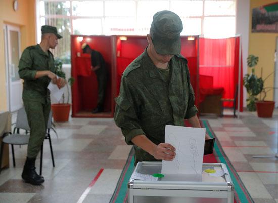 جندى يضع بطاقة التصويت فى الصندوق