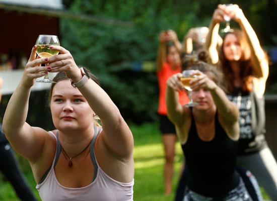 جميلات لاتفيا يحملون كؤوس النبيذ