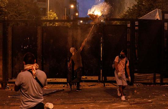 المتظاهرون يقذفون كتلة نار