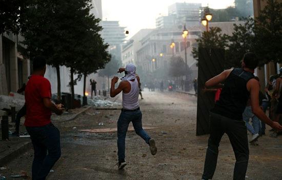 قذف الحجارة على المحتجين