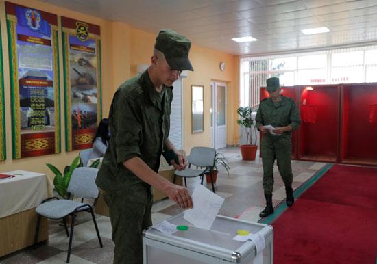 جندى يدلى بصوته فى الانتخابات