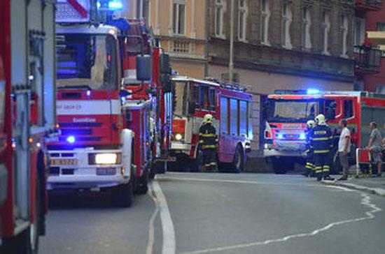 سيارات المطافى بمحيط الحريق