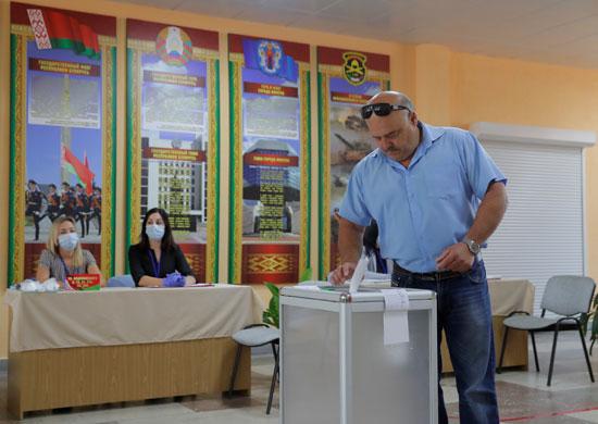 رجل يشارك فى الانتخابات