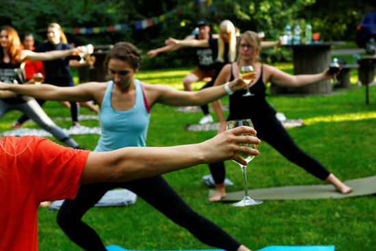 شرب النبيذ خلال ممارسة اليوجا