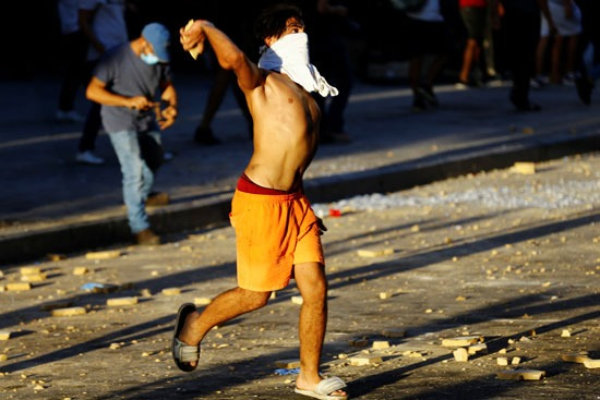 العنف بين المتظاهرين والشرطة