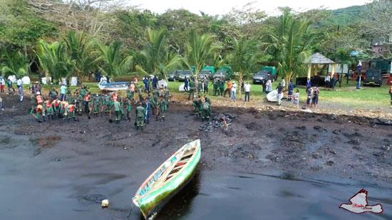 المتطوعون على شاطئ الجزيرة