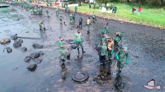 المتطوعون يحاولون إزالة آثار التلوث