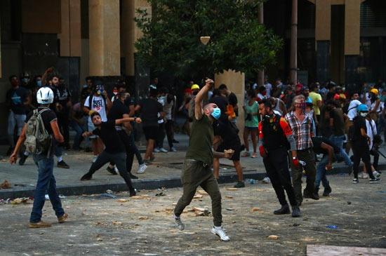 المتظاهرون يلقون الحجارة