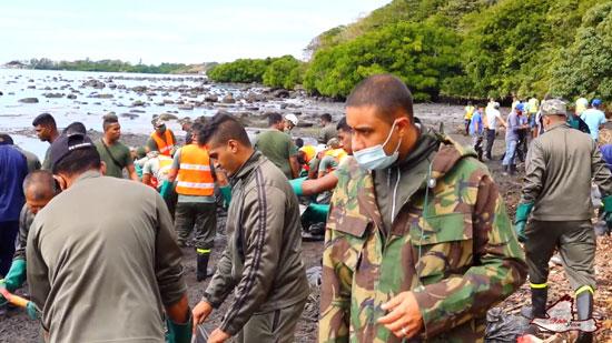 متطوعون يزيلون النفط من المياه
