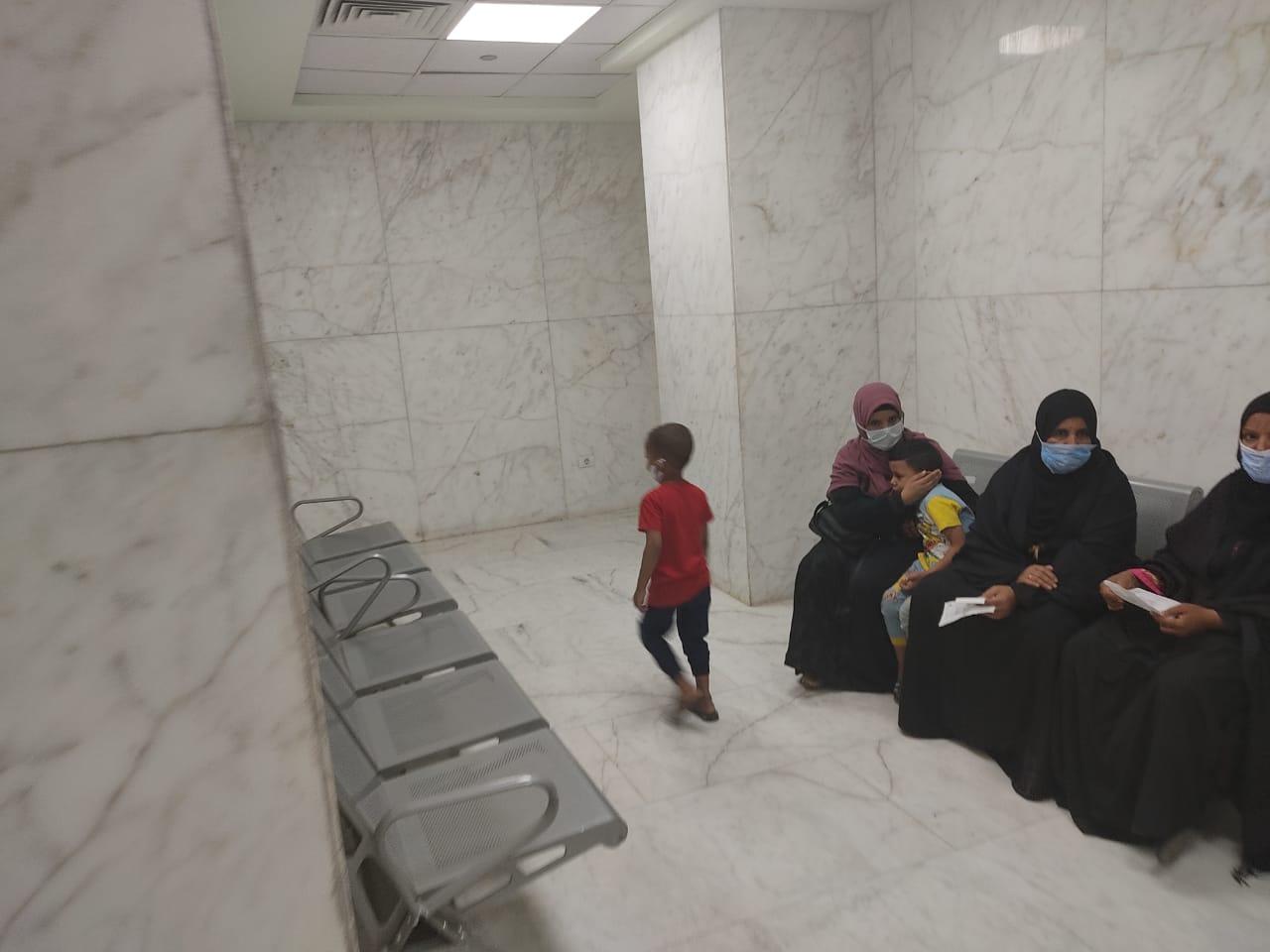 أروقة وأقسام مستشفى إسنا التخصصى تعود للحياة الطبيعية بعد 140 يوماً من العزل  (2)