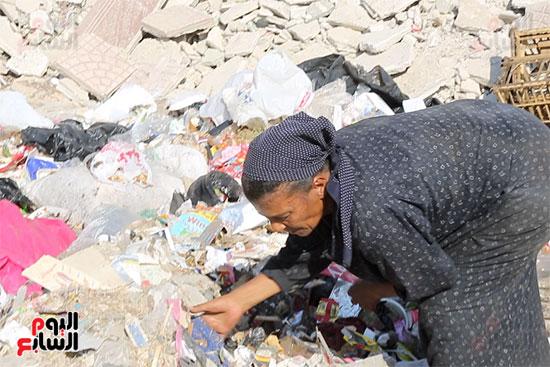 عزة تكسب قوت يومها من القمامة (3)