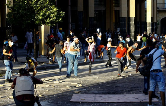 كر وفر بين المتظاهرين والشرطة