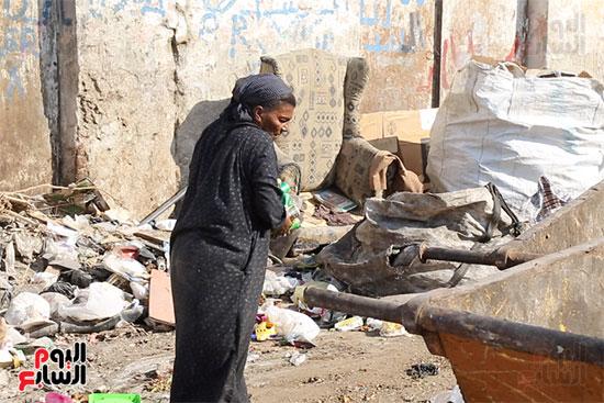 عزة تكسب قوت يومها من القمامة (5)