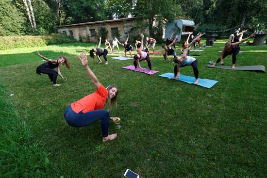 ممارسة رياضة اليوجا