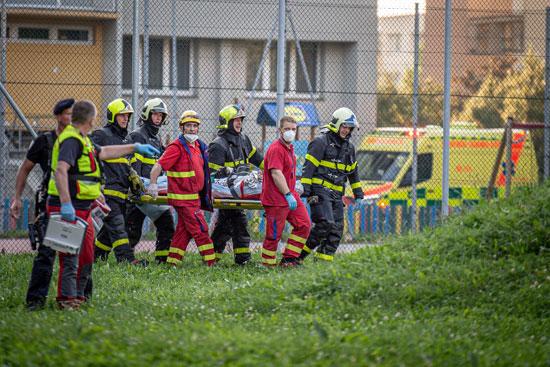 رجال الاسعاف ينقلون إحد الضحايا