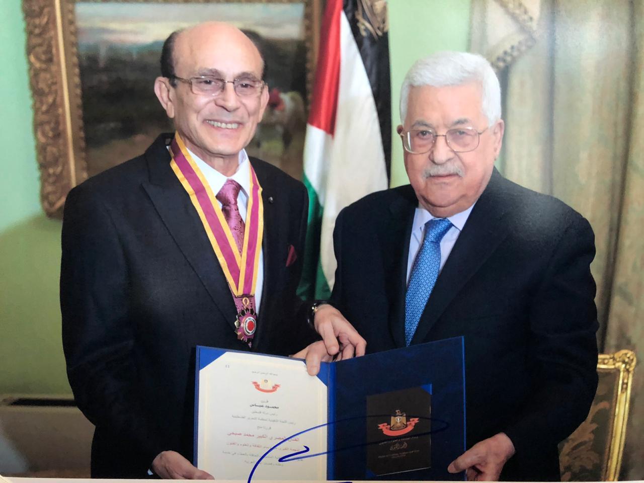 الرئيس الفلسطيني ابومازن يكرم النجم محمد صبحي